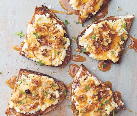 galletas con queso de cabra, miel y nueces